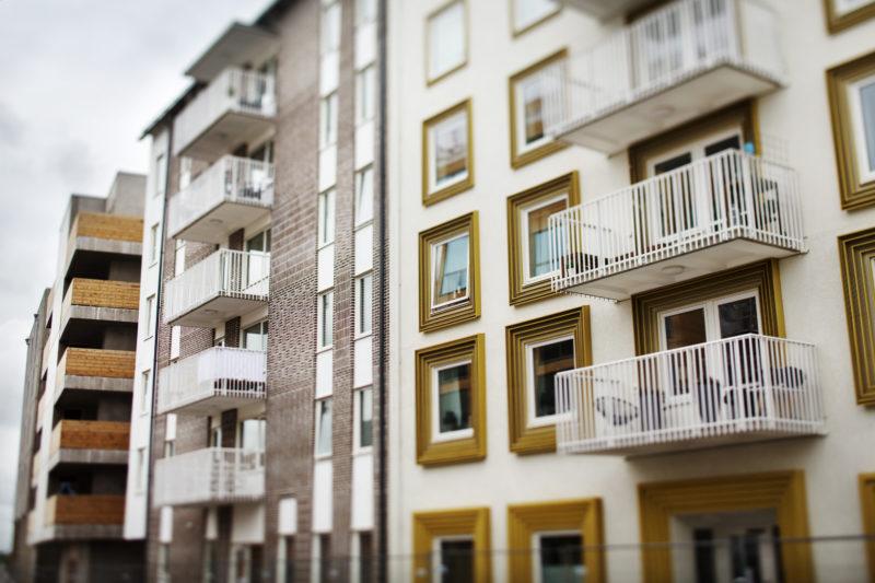 KjellgrenKaminskys flerbostads hus med gyllene detaljer. Till vänster flerbostadshus av Maria Poll, med detaljerad tegelfasad. Båda för Stångåstaden. Foto: Linus Sundahl-Djerf