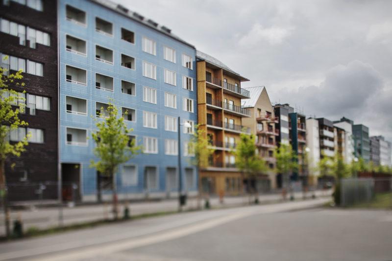 Kunskapslänken, som leder fram till universitetet. Längst till vänster en rad flerbostadshus i olika utföranden, av SandellSandberg. Foto: Linus Sundahl-Djerf