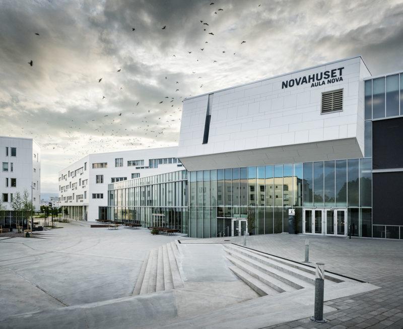 Novahuset är universitetets samlingsplats med stråk och mötesplatser för forskare och studenter. Foto: Felix Gerlach