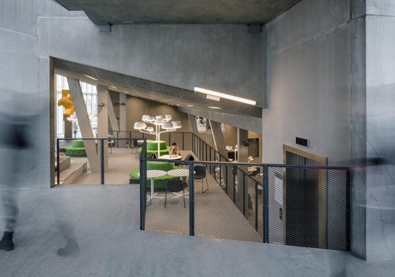 En öppen studentmiljö i  flera nivåer dominerar Nova husets inre centralplats. Foto: Felix Gerlach