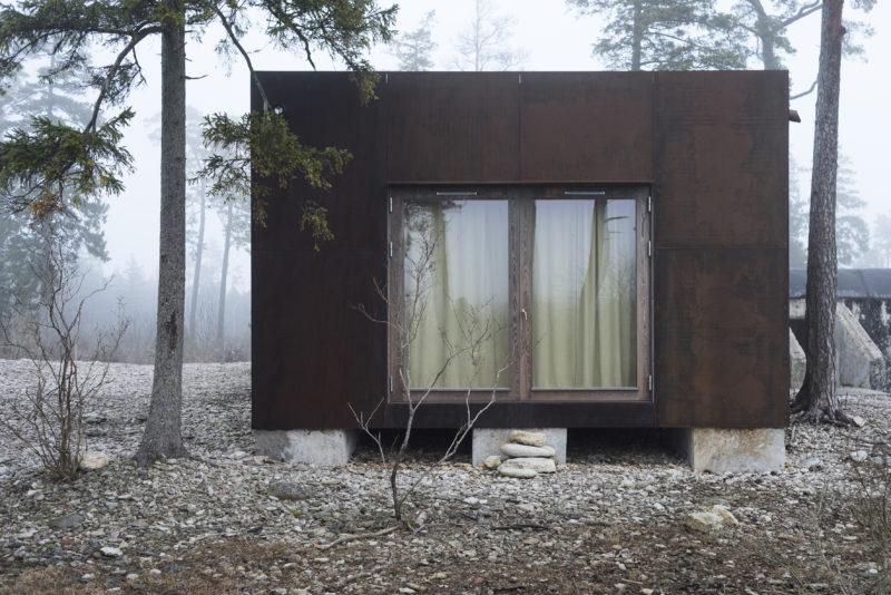 Byggnad 18, tillbyggnad med fasad i cortenstål. Befintlig bunker i bakgrunden. Foto: Anna Sundström