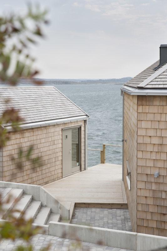 Den platsspecifika placeringen av huvudbyggnad och komplementhus gör att varje tomt får sina unika mellanrum och utblickar. Foto: Emmy Jonsson