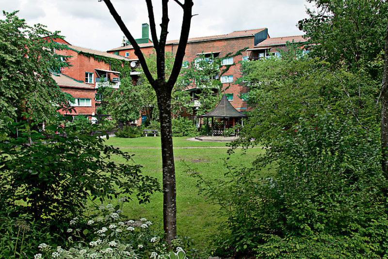 Kvarterstadens revansch, massgrönska parat med klassiska trädgårdsobjekt. Skarpnäck, Stockholm 1980-tal. Foto: Ola Österling