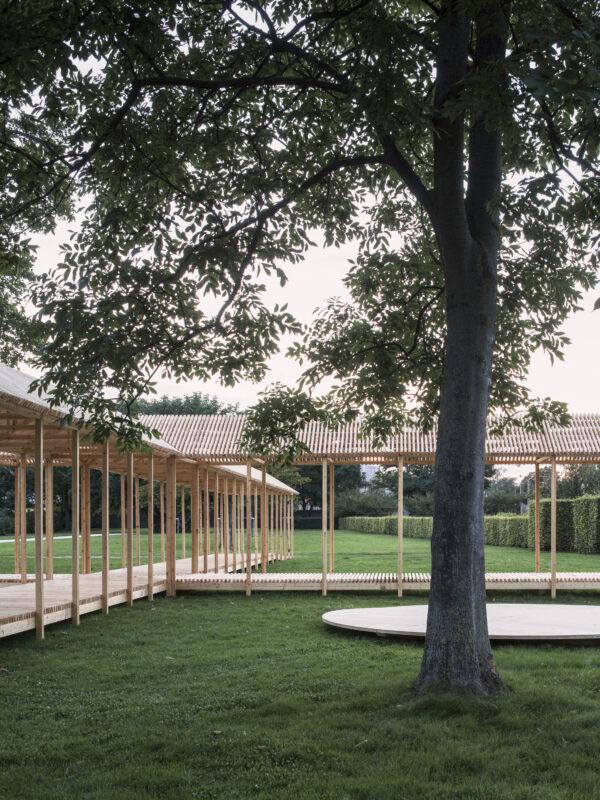 Den runda permanenta scenen ramas in både av paviljong men även av befintliga träd och buskar. Foto: Hampus Berndtson
