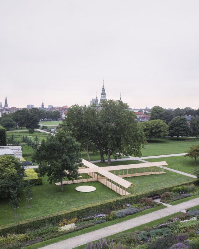 Paviljongen definierar fyra olika utomhusrum: den öppna generella gräsytan, den intima miljön under stora trädkronor, Herculespaviliongens uteservering samt den permanenta scenens yta för uppträdanden. Foto: Hampus Berndtson