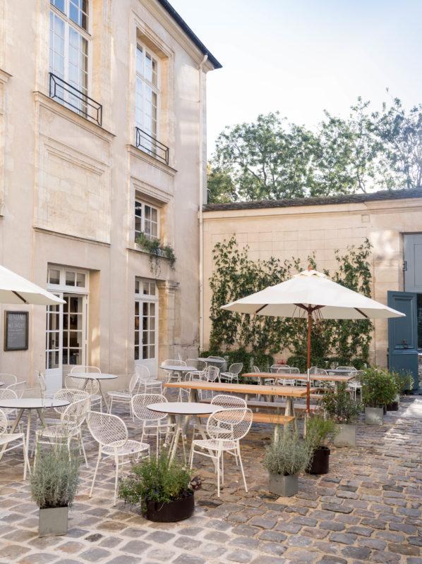 Den nya uteserveringen på Svenska Institutet i Paris har bord och bänkar designade av TAF Arkitekter, stolar av Broberg Ridderstråle och krukor av Carina Seth Andersson. Gården har fått ny belysning och muren ny växtlighet. Foto: Julien Bourgeois