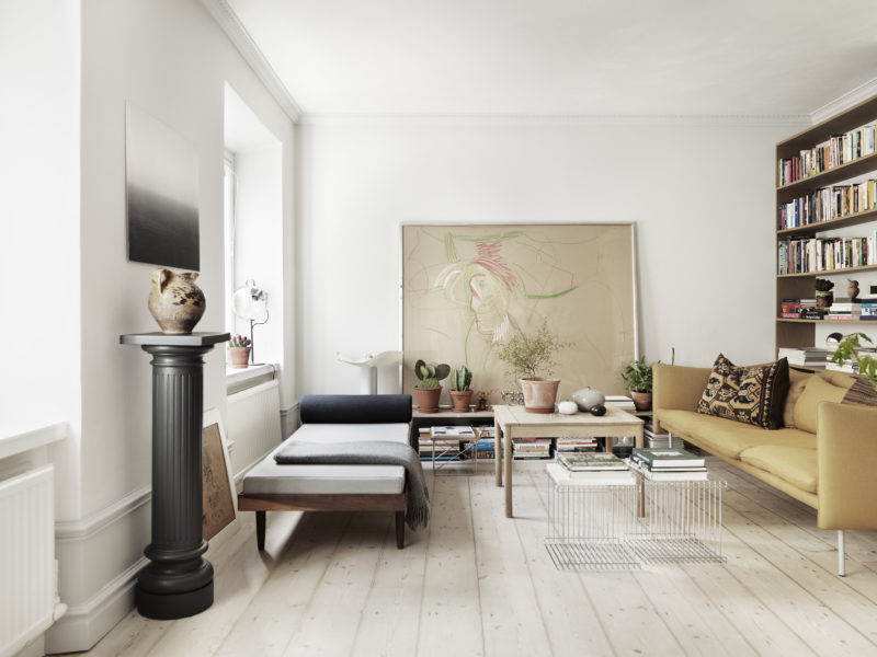 I boken har man utgått från bostädernas arkitektoniska kvaliteter. Som här hemma hos Tintin och Markus i Stockholm. Foto: Petra Bindel