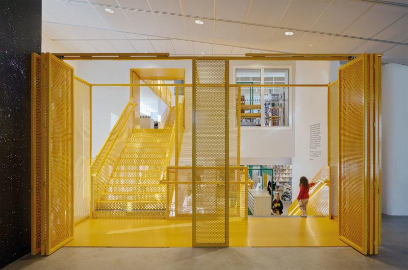 Trappa, samt vy från konsthallen mot biblioteket och entrélobbyn. Foto: Åke E:son Lindman