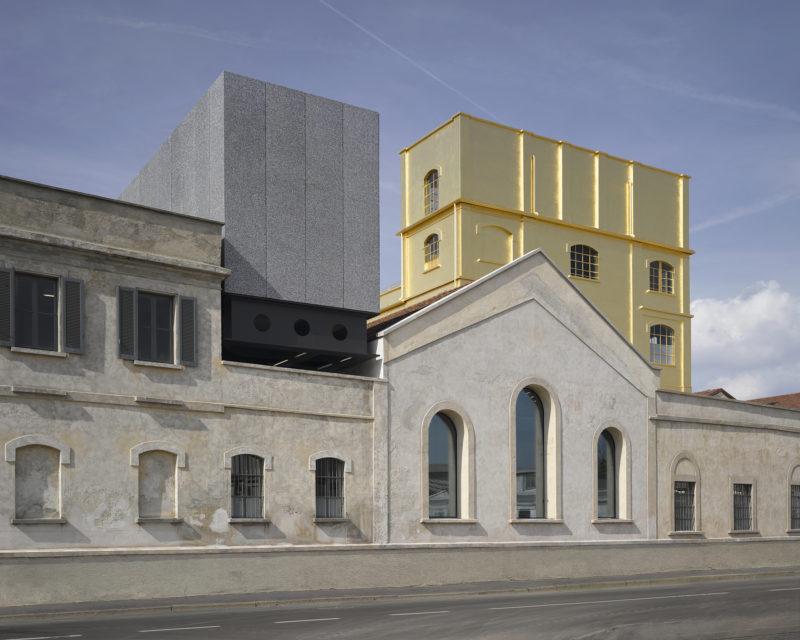 I OMA:s Fondazione Prada har ett 100-årigt destilleri renoverats och fått nya tillägg. Ett bevarat fyravåningshus är inklätt i bladguld. Foto: Bas Princen, med tillstånd av Fondazione Prada
