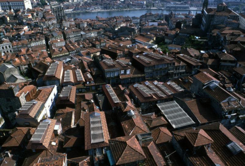 Soft City var ett projekt för textilbaserade solceller, som tvätt på tork, på taken till området Casa Burguesa i Porto. Foto: KVA