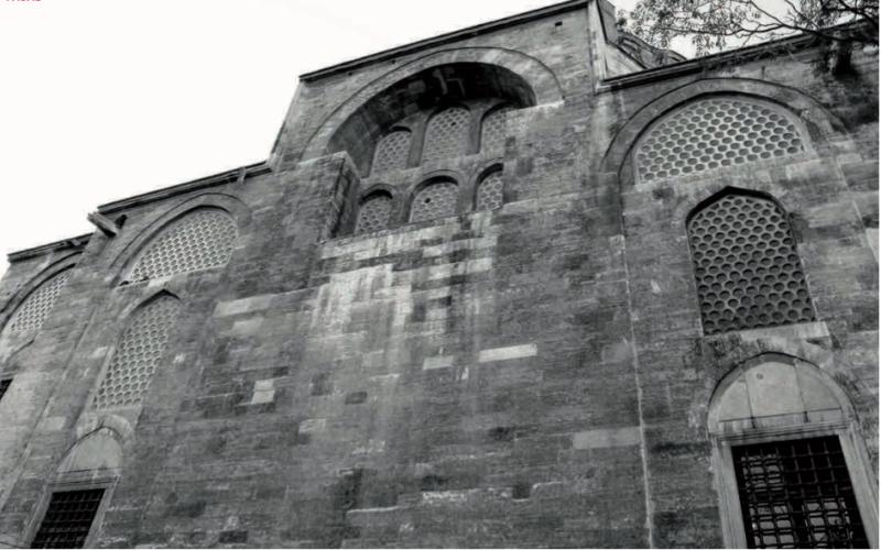 Rüstem Pashas moské i Istanbul, av Sinan 1561. Ett dynamiskt möte mellan två rum, ett himmelsöppet och ett kupoltäckt – är det en fasad?
