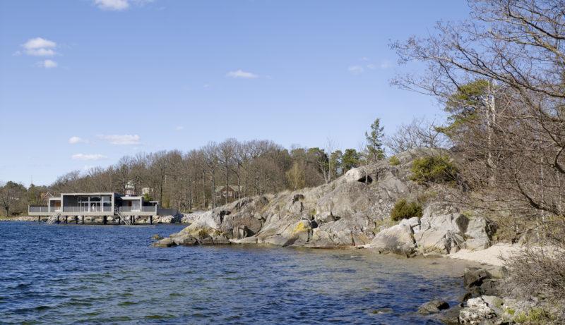 Badet sluter sig mot landsidan, men öppnar sig helt mot skärgården och havet i sydväst. Foto: Bert Leandersson