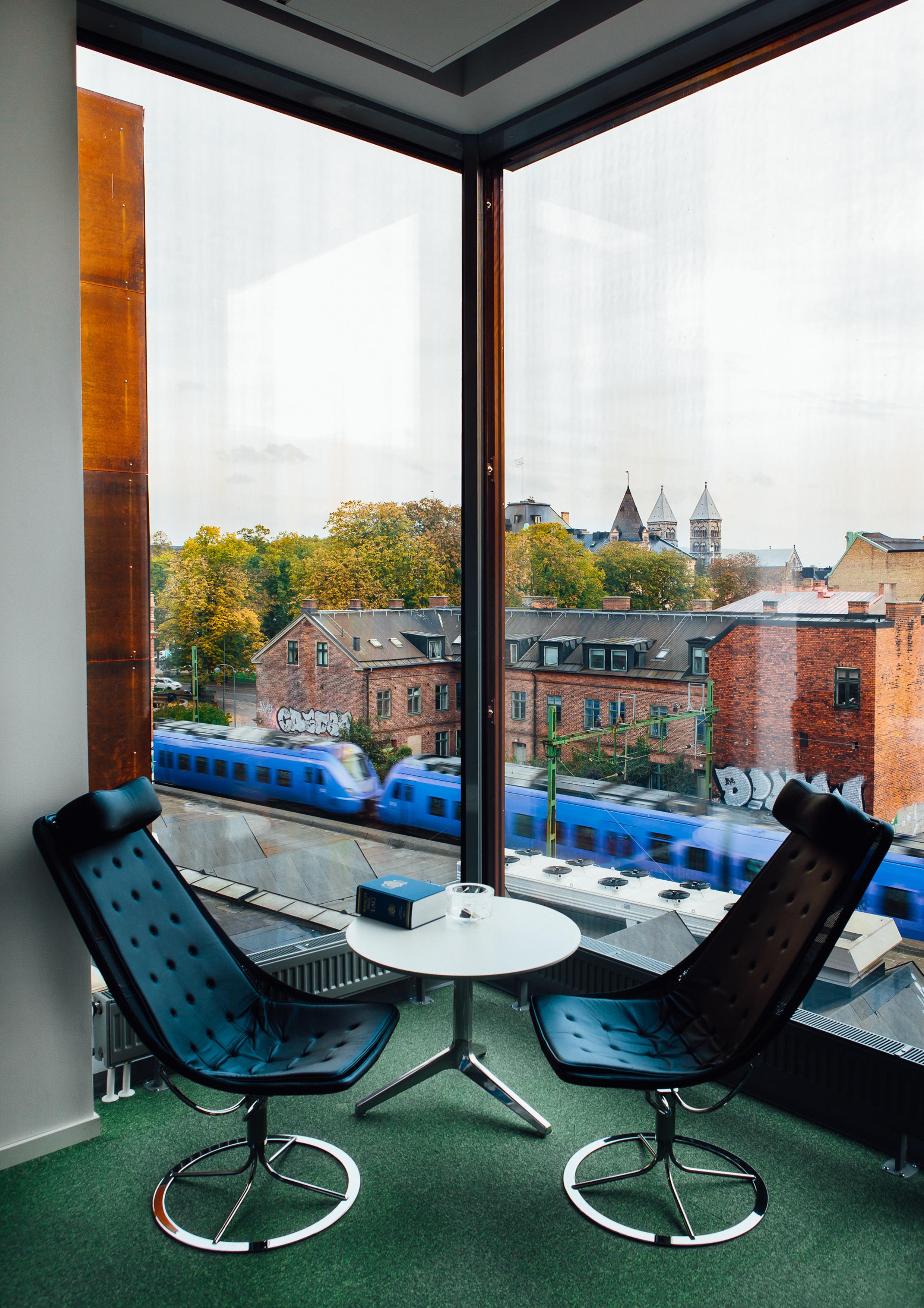 Interiörbild från en av de utkragande mötesboxarna med Lunds Domkyrka i fond. Foto: John Resborn