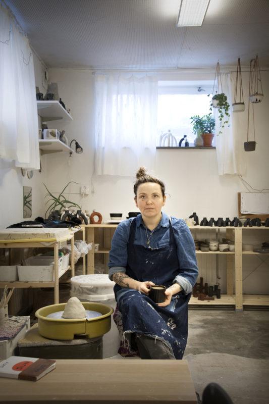 Keramikern Karolina Brobeck i sin ateljé på Lönngatan.